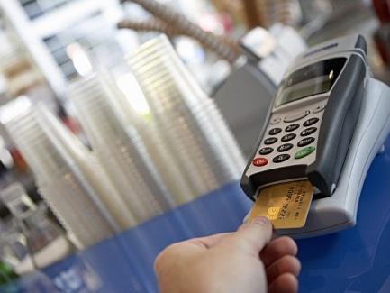 Работник заправил горючим авто с использованием платежной карты: быть ли НДФЛ