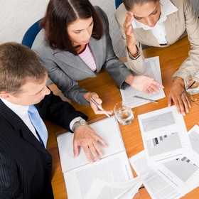 Расходы на управление благотворительным эндавментом включаются в административные